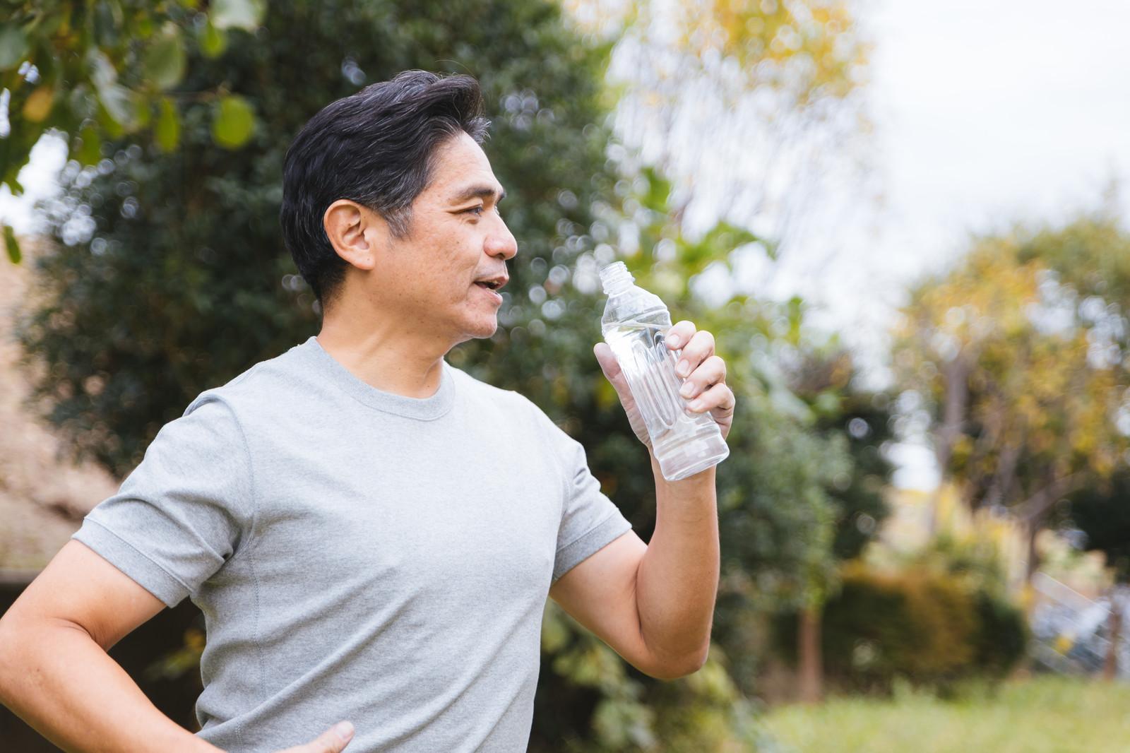 飲料水を飲む男性